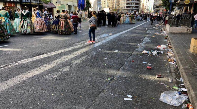 Falta de limpieza en el centro y el descontrol del botellón la víspera de San José. En la ciudad de Valencia