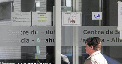 Consultas de apenas cinco metros o en antiguos lavabos, es la atención sanitaria en medio centenar de ambulatorios valencianos.